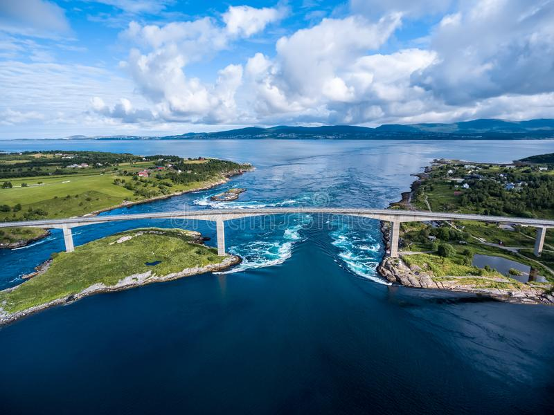 Redemoinhos do redemoinho de Saltstraumen, Nordland, Noruega fotos de stock
