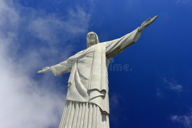 REDENTORE CRISTO, RIO DE JANEIRO, BRASILE - 6 APRILE 2011: Vista dal basso della statua di Cristo il RedeemerIl cielo blu profo immagini stock