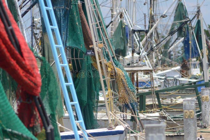 Redes, aparejos y palos del barco del camarón fotos de archivo