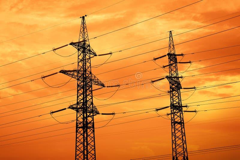 Redes de alta tensão no por do sol imagens de stock
