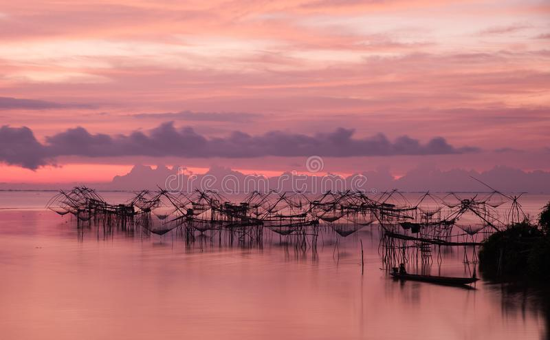 Redes de inmersión cuadradas en el mar meridional, Baan Pak Pra, Phatthalung, Tailandia imagen de archivo libre de regalías