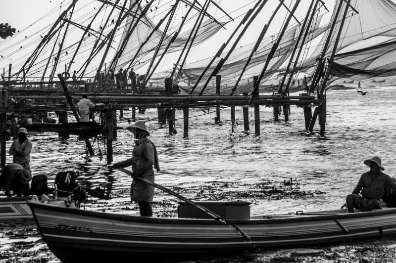 Redes de pesca chinas en Cochi, Kerala, la India - pescadores en primero plano Rebecca 36 fotos de archivo libres de regalías