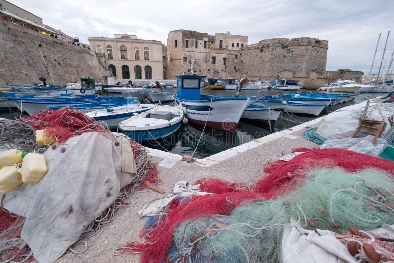 Redes de pesca coloridas en el puerto en Gallipoli, Puglia Italia Las redes de pesca plásticas pueden contaminar y un peligro a l fotos de archivo libres de regalías