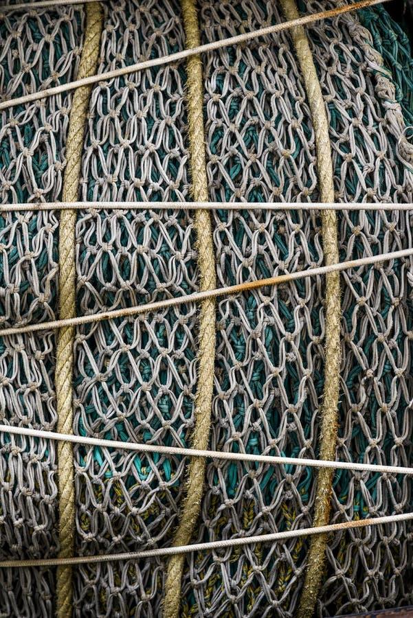 Redes de pesca derrumbadas y aseguradas en el puerto Textura del fis imágenes de archivo libres de regalías