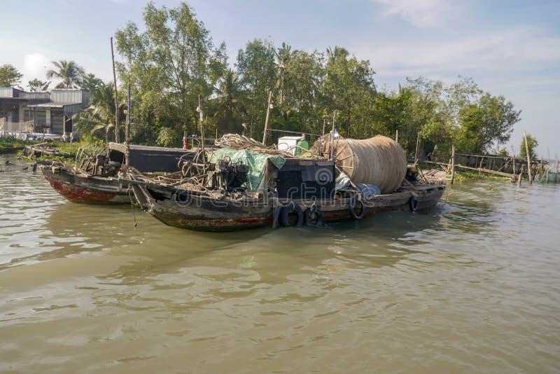 Redes de pesca em barcos do dragão no delta de Mekong River em Vietname foto de stock royalty free