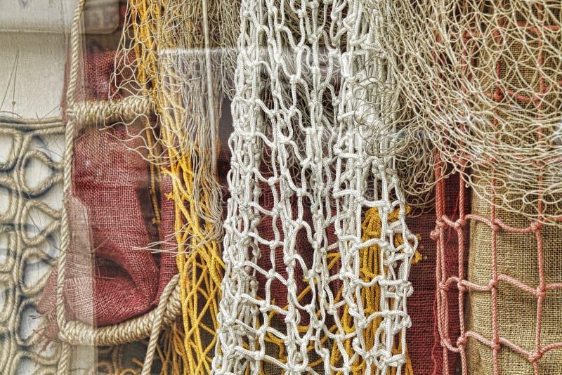 Redes de pesca en la exhibición de la ventana imagenes de archivo
