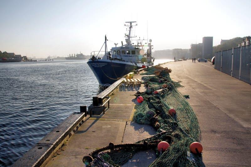 Redes de pesca en los pescados del norte Quay de los escudos y el mercado foto de archivo