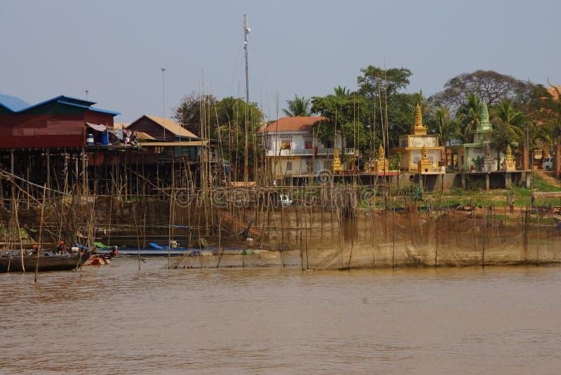 Redes de pesca na frente do templo budista imagens de stock royalty free