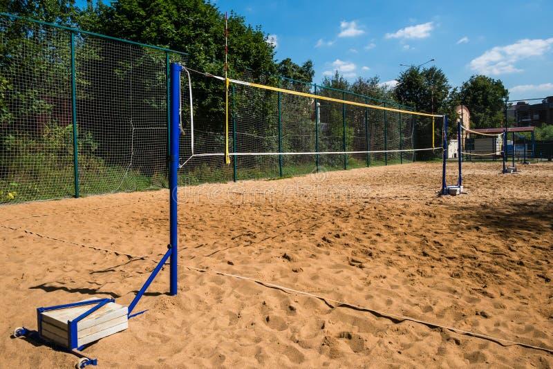 Redes del voleibol en polos azules con los pesos concretos para la balanza imagen de archivo