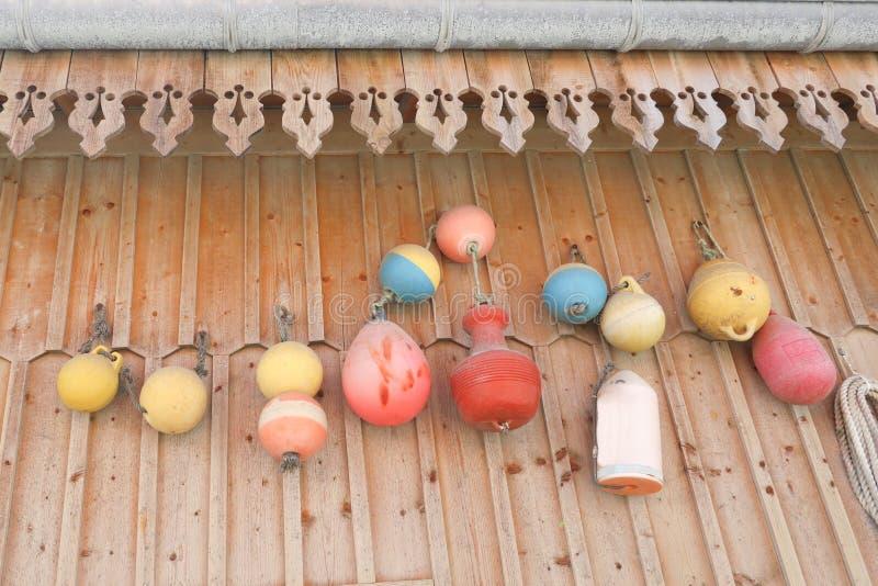 Redes dos pescadores na decoração na frente da casa na borda do mar fotos de stock