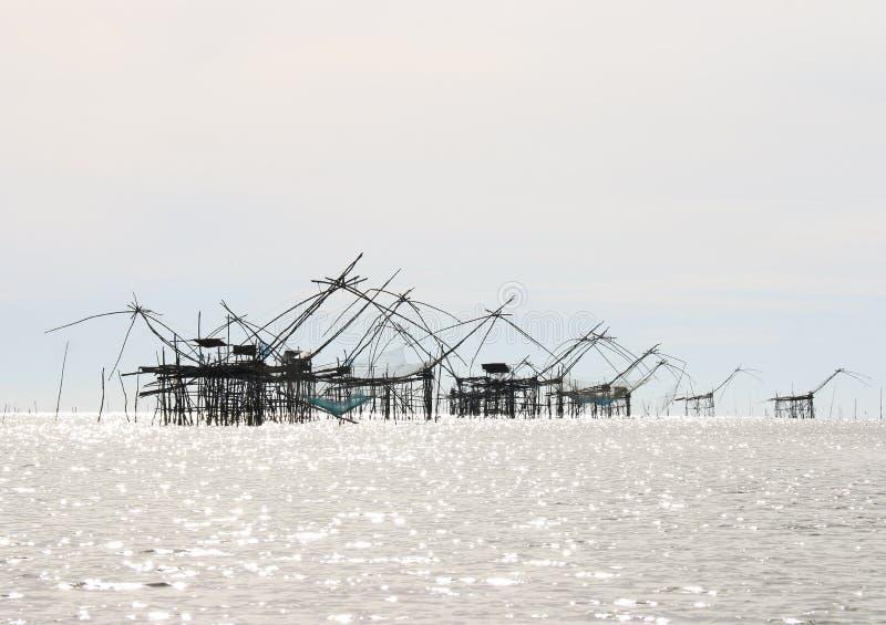 Redes grandes de la elevación de los pescados fotografía de archivo