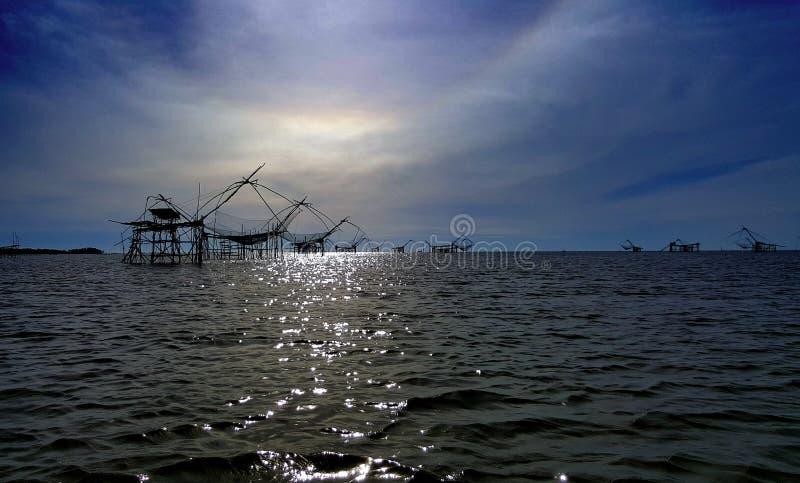 Redes grandes de la elevación de los pescados foto de archivo