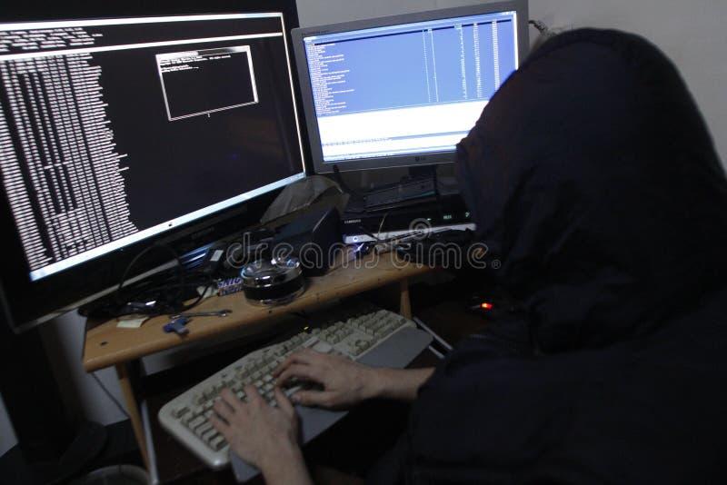 Redes penetrantes do hacker criminoso fotos de stock