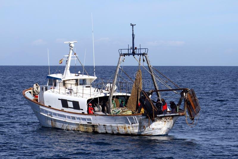 Redes prontos para uso do barco de pesca da traineira fotos de stock royalty free
