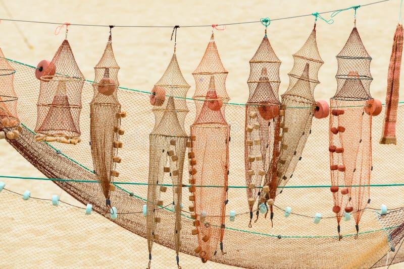 Redes y trampas de los pescados en Nazare (Portugal) imagenes de archivo