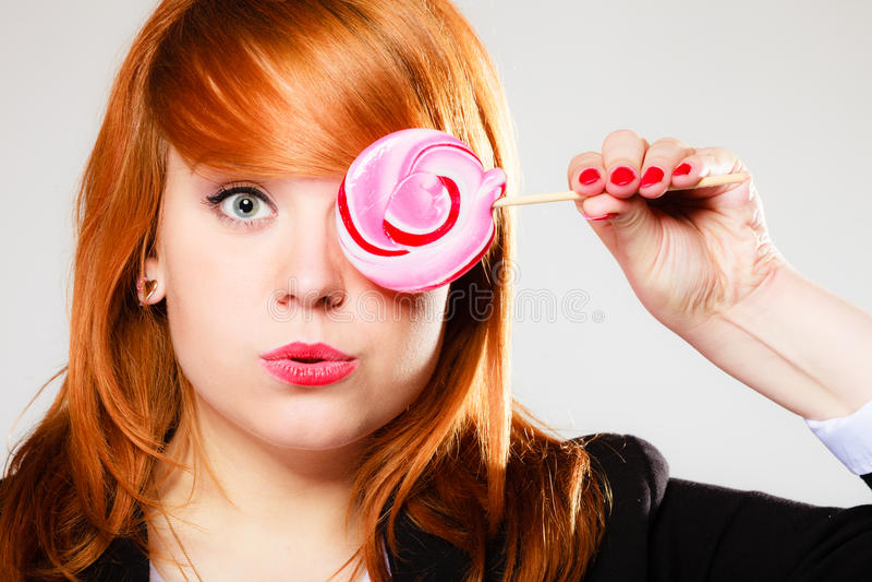 Redhair dziewczyna z różowym lizakiem obraz royalty free