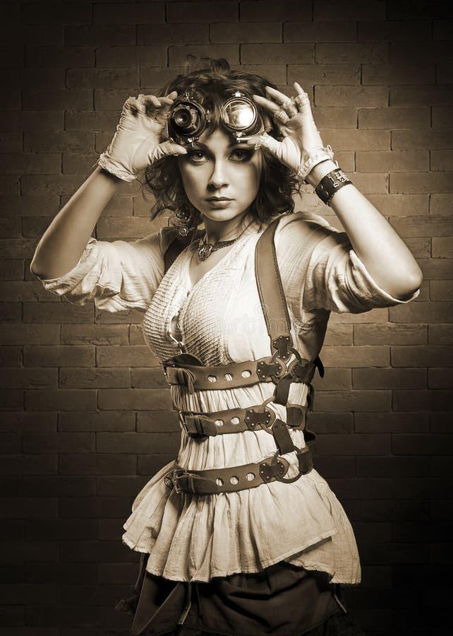 Redhair flicka med steampunkskyddsglasögon Gammalmodigt arkivbilder