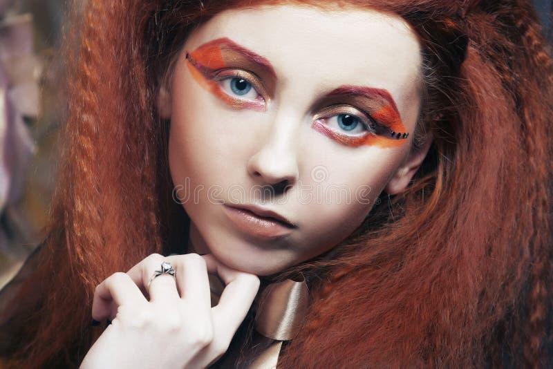 Redhair kvinna med ljust idérikt smink fotografering för bildbyråer