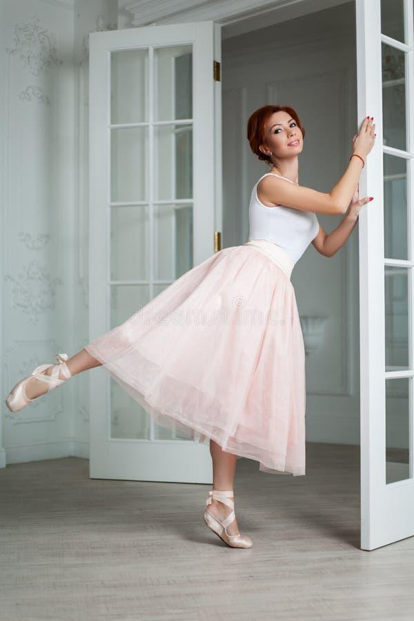 Redhair stående av den moderna ballerina royaltyfri fotografi