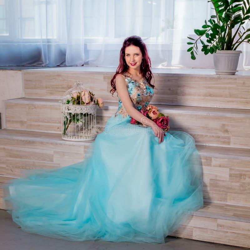 Redhaired flicka med den blåa klänningen royaltyfri fotografi