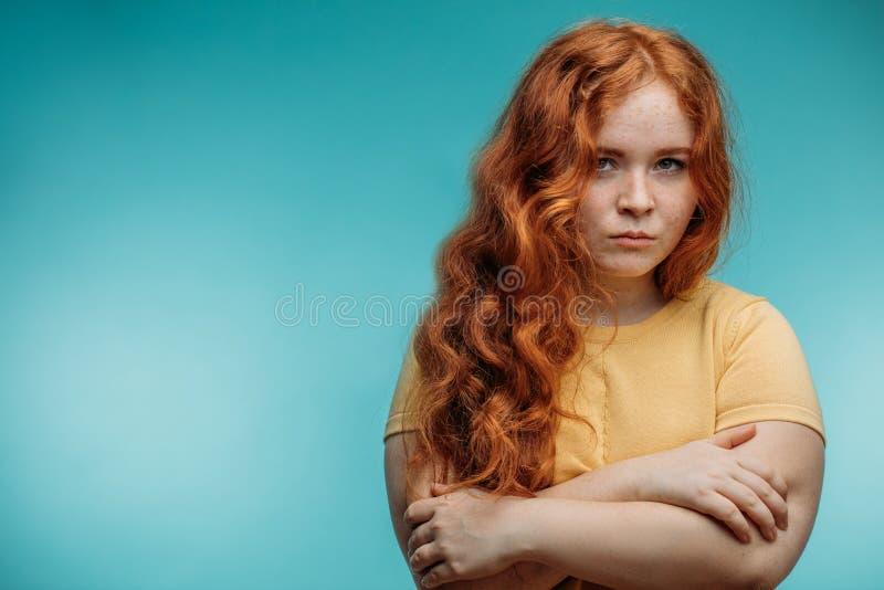Redhaired kvinna med negativt mänskligt ansiktsuttryck royaltyfria bilder