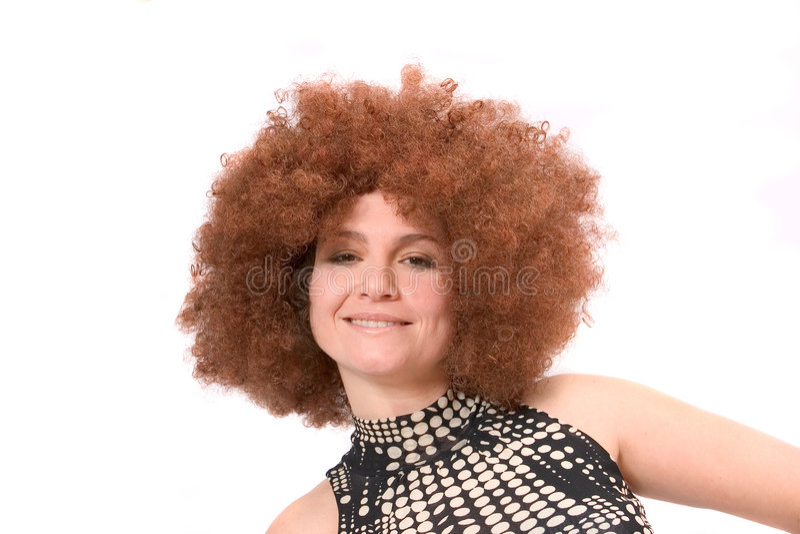 Redhaired Schönheit mit Afroperücke stockbilder