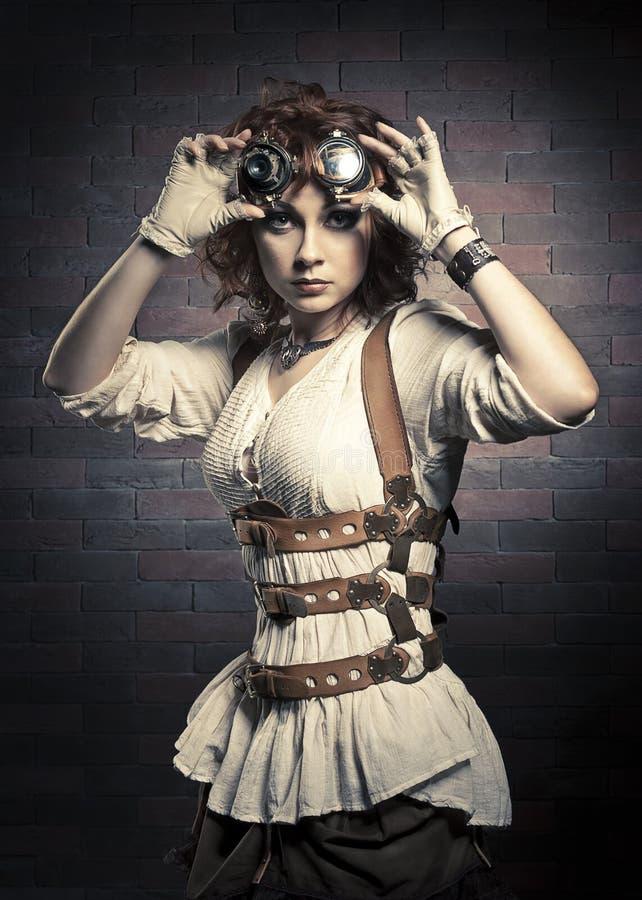 Redhairmeisje met steampunkbeschermende brillen royalty-vrije stock foto's