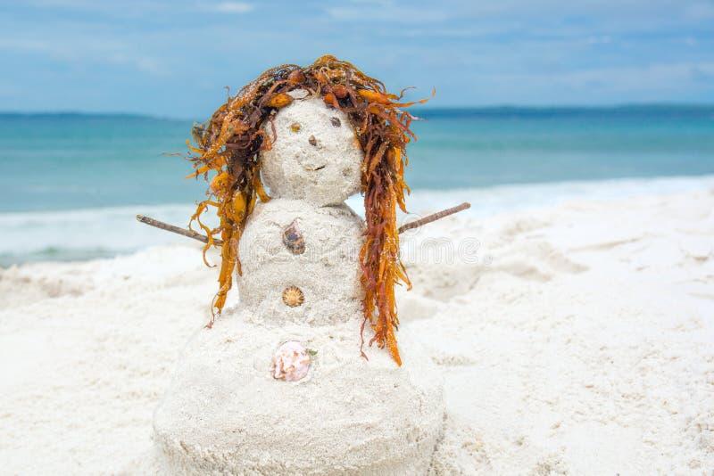 Redhead άτομο άμμου σε μια άσπρη παραλία άμμου στοκ φωτογραφία με δικαίωμα ελεύθερης χρήσης