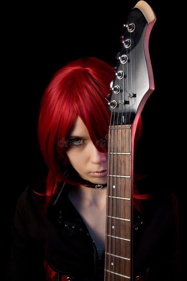 Redhead γοτθικό κορίτσι με την κιθάρα στοκ φωτογραφίες με δικαίωμα ελεύθερης χρήσης