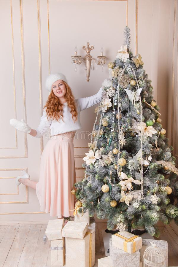 Redhead γυναίκα που διακοσμεί ένα χριστουγεννιάτικο δέντρο στοκ φωτογραφία με δικαίωμα ελεύθερης χρήσης