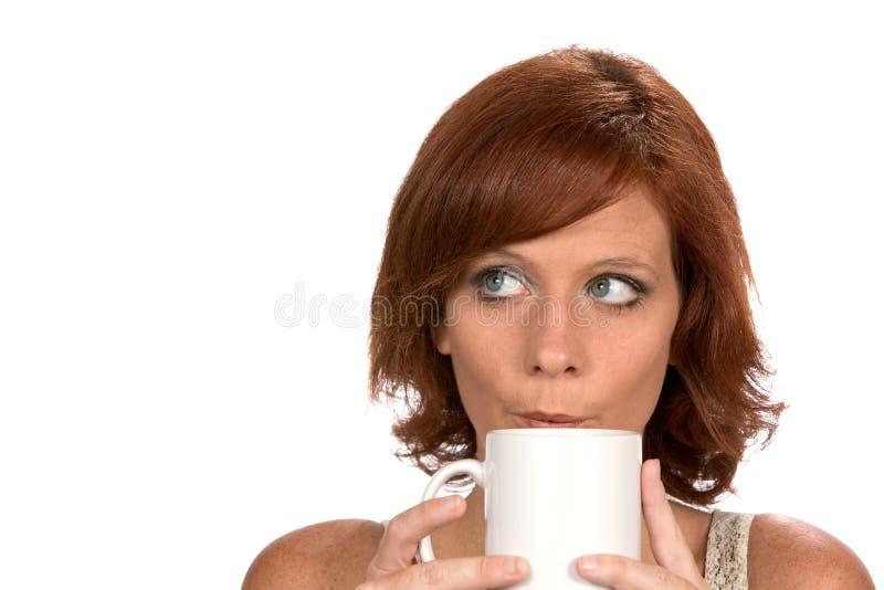 Redhead γυναίκα που σκέφτεται με την κούπα καφέ στοκ φωτογραφία με δικαίωμα ελεύθερης χρήσης