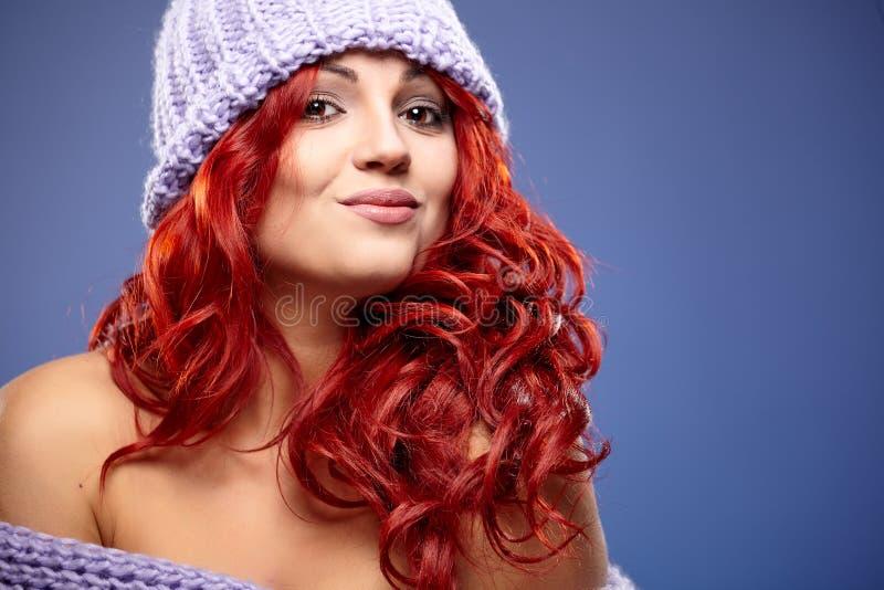 redhead γυναίκα στο θερμό ιματισμό στοκ φωτογραφίες με δικαίωμα ελεύθερης χρήσης