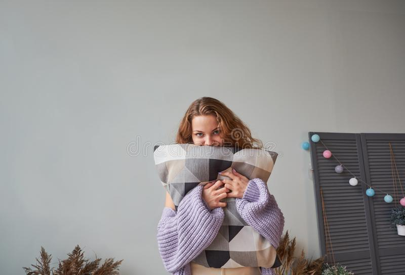 Redhead γυναίκα στο θερμό πλεκτό lavender γέλιο πουλόβερ στοκ φωτογραφία