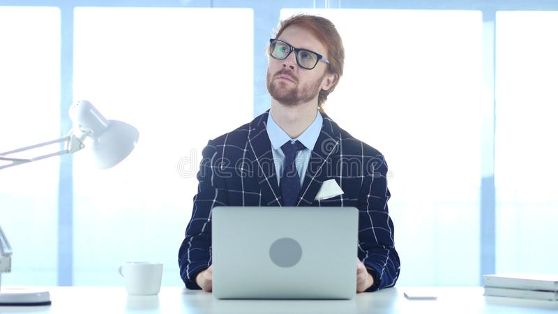 Redhead επιχειρηματίας που χάνεται στις σκέψεις, που προγραμματίζουν τη νέα ιδέα στοκ εικόνα με δικαίωμα ελεύθερης χρήσης