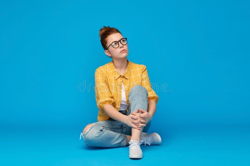 Redhead εφηβικό κορίτσι σπουδαστών να ονειρευτεί γυαλιών στοκ εικόνες με δικαίωμα ελεύθερης χρήσης