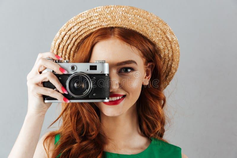 Redhead νέος εύθυμος ευτυχής γυναικείος φωτογράφος στοκ εικόνες