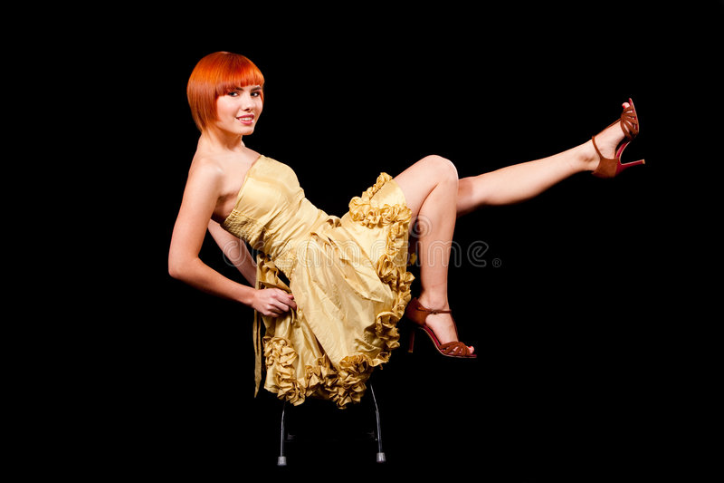 redhead προκλητικός κίτρινος φορεμάτων στοκ εικόνες