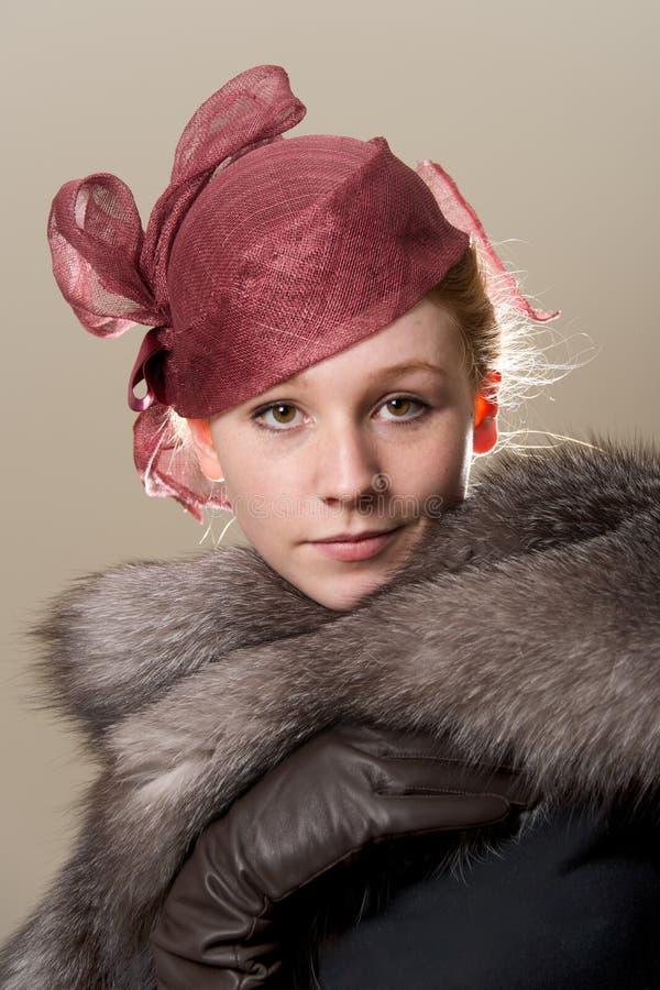 Redhead στο κόκκινο καπέλο με το γάντι δέρματος στοκ εικόνες