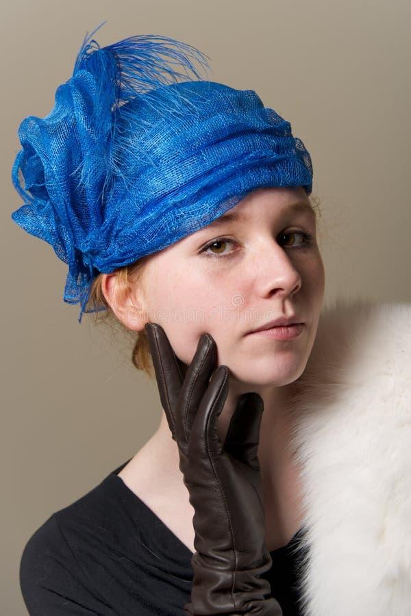 Redhead στο μπλε καπέλο με το γάντι δέρματος στοκ εικόνες