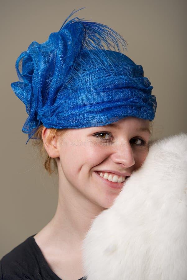 Redhead στο στηργμένος μάγουλο καπέλων στη γούνα στοκ φωτογραφίες
