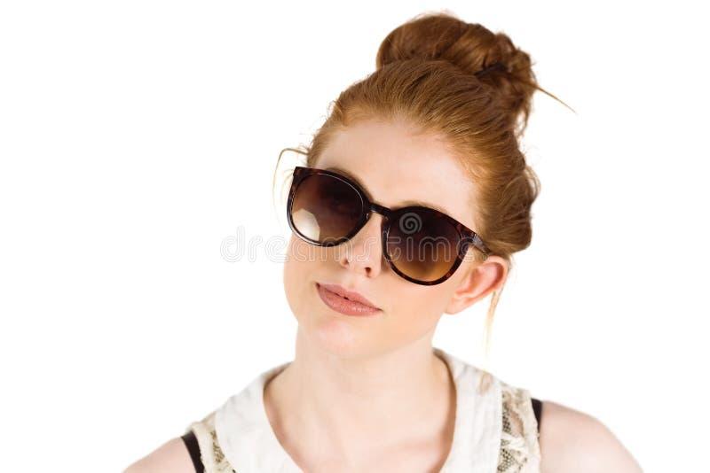 Redhead φορώντας μεγάλα γυαλιά ηλίου Hipster στοκ φωτογραφία