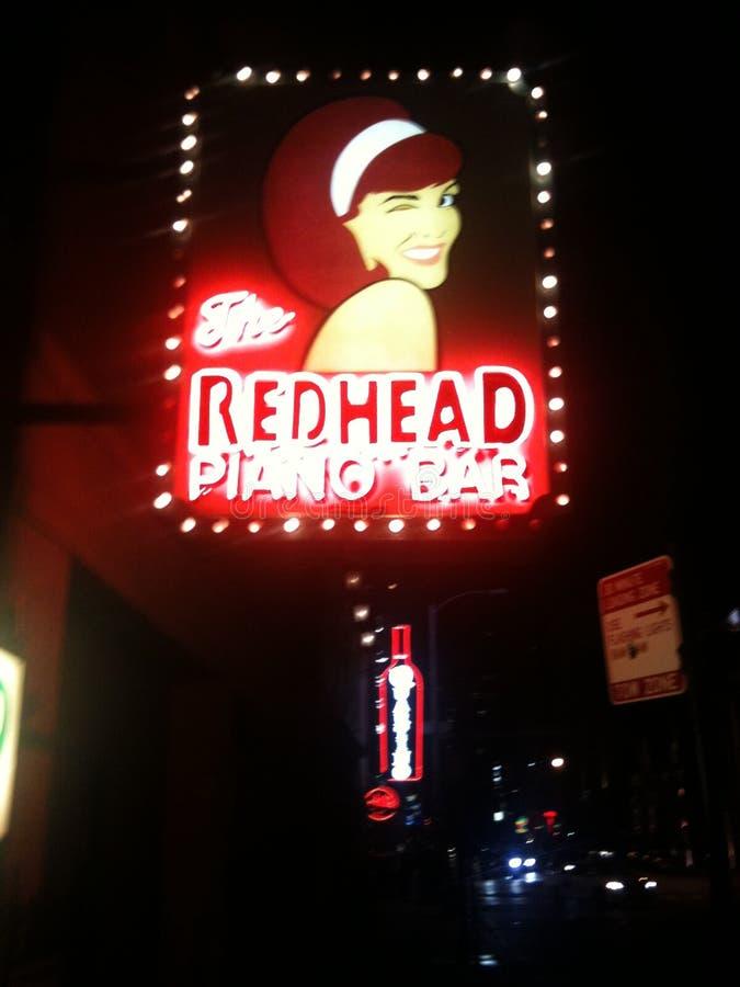 Redhead φραγμός στο κέντρο της πόλης Σικάγο πιάνων στοκ φωτογραφίες