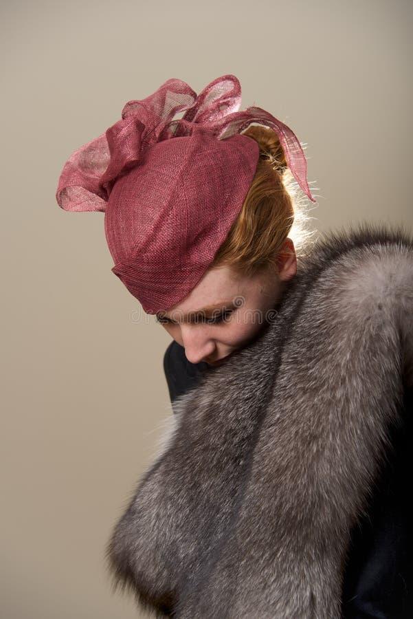 Redhead в красной шляпе сетки смотря вниз стоковая фотография