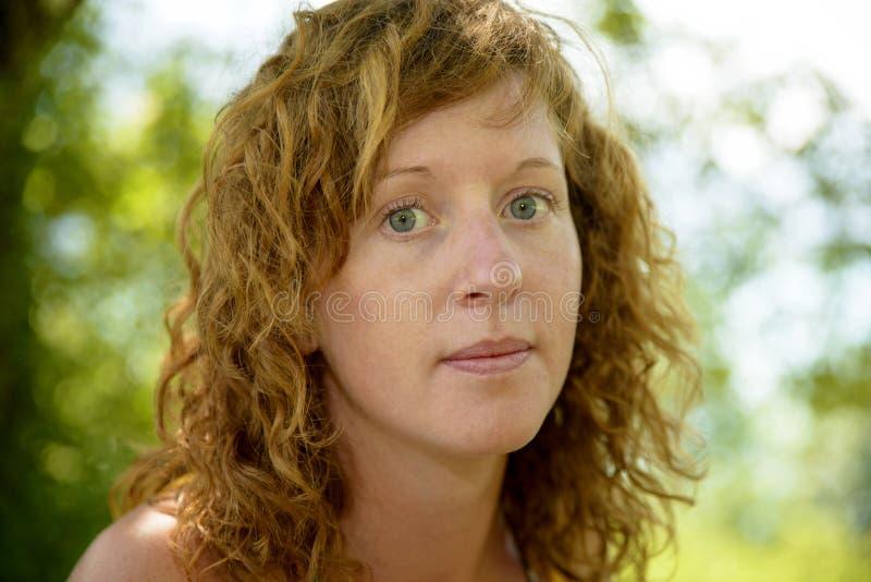 Download Redhead и естественная женщина в природе Стоковое Изображение - изображение насчитывающей мило, молодо: 41658891