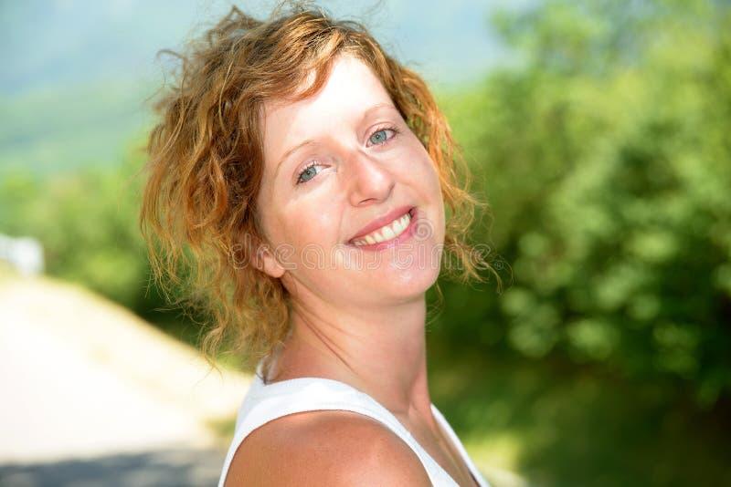 Download Redhead и естественная женщина в природе Стоковое Изображение - изображение насчитывающей модель, бело: 41660083