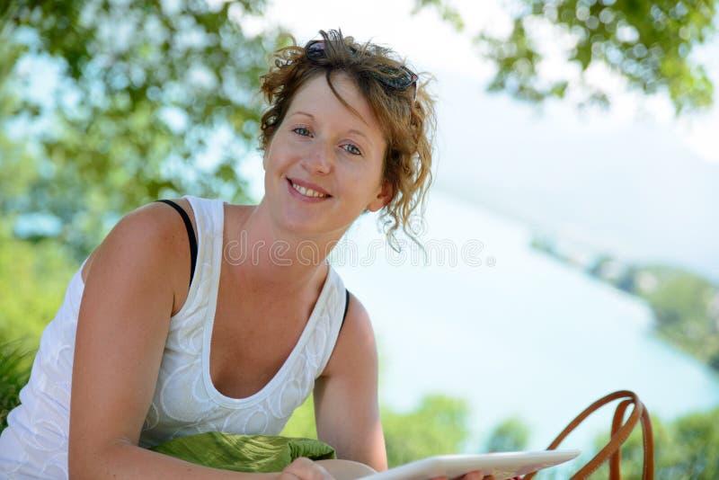 Download Redhead и естественная женщина в природе Стоковое Фото - изображение насчитывающей люди, красивейшее: 41662106