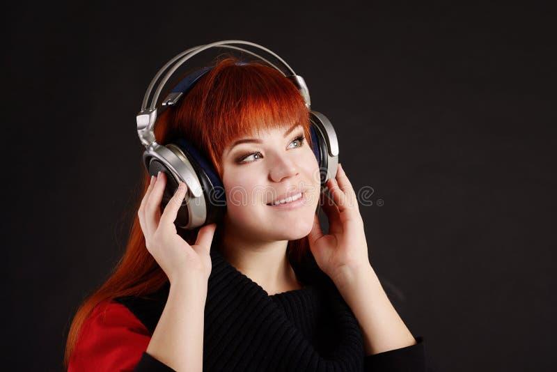 redhead наушников девушки напольный стоковые фотографии rf