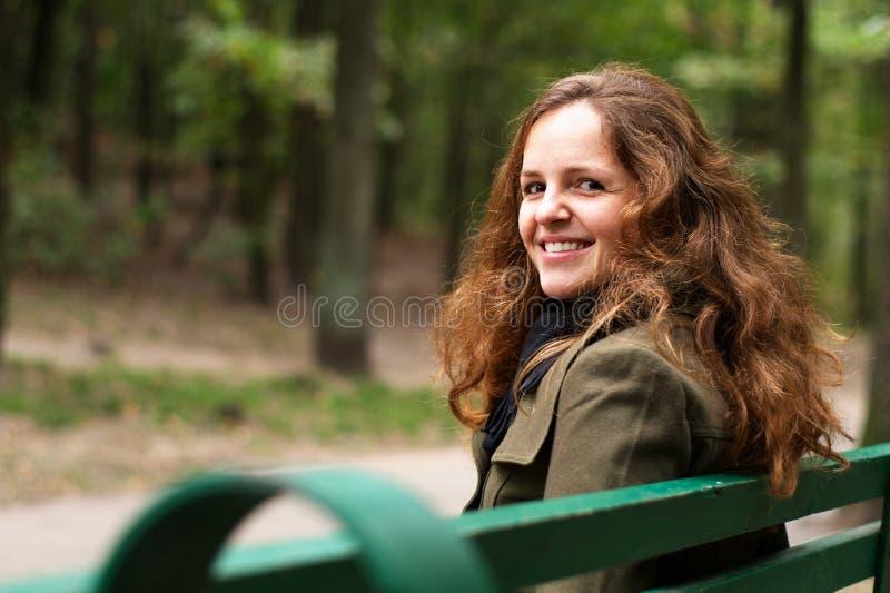 redhead парка девушки стоковое изображение