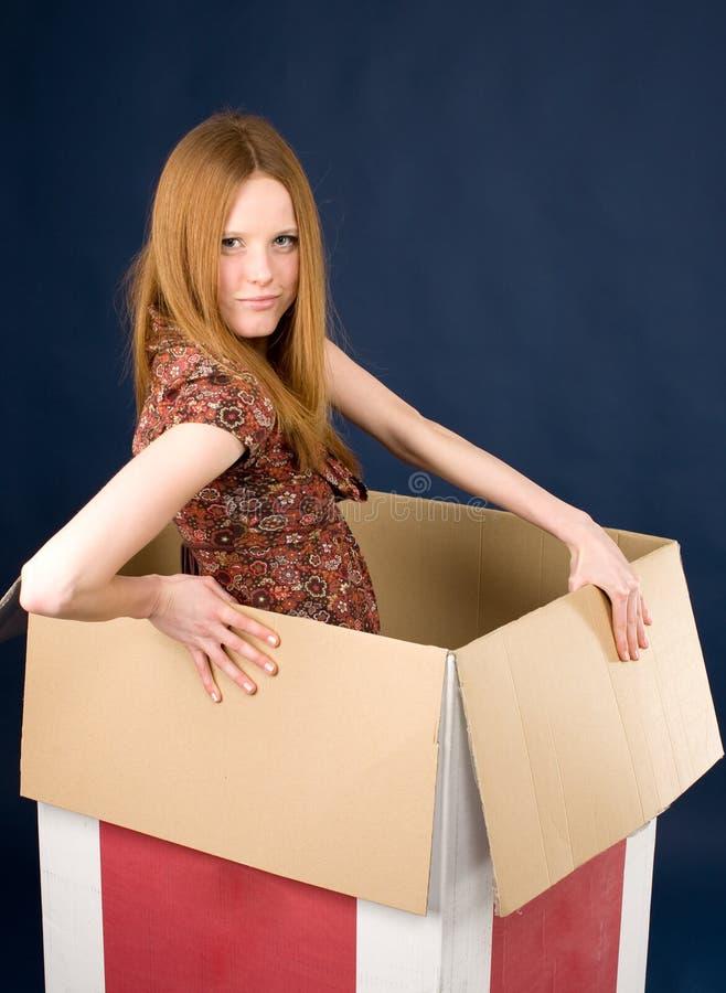 Redhead che propone in casella immagine stock libera da diritti