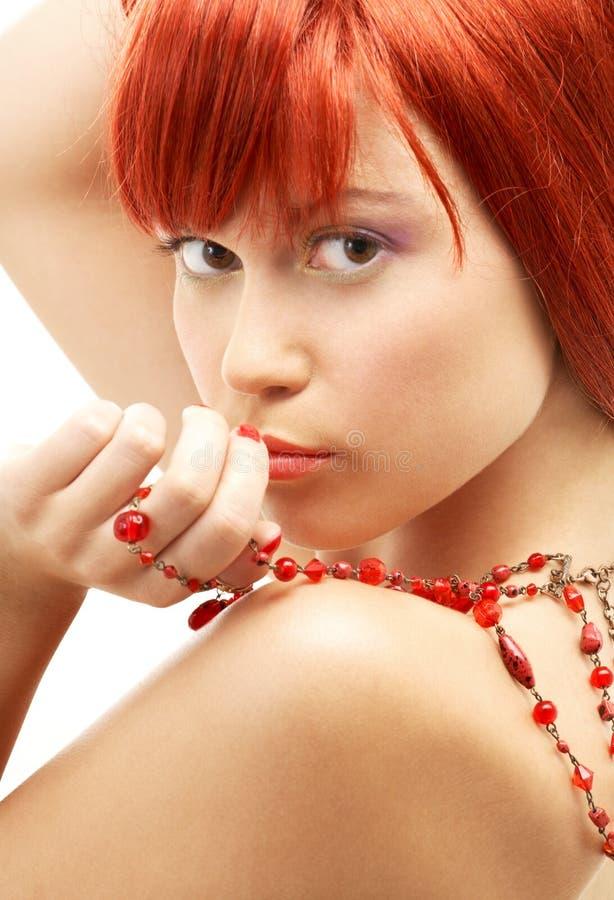 Redhead com vista vermelha dos grânulos fotografia de stock royalty free